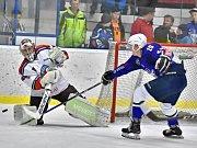 Povinného vítězství dosáhli hokejisté Kolína (v modrém), kteří vyhráli v dalším kole druhé ligy před zraky svých příznivců nad týmem Letňan 4:0.