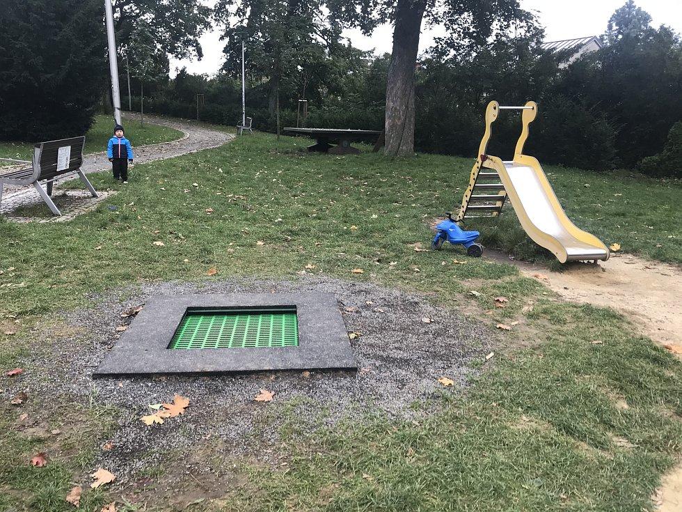 Zemní trampolínka na dětském hřišti. Ilustrační foto.