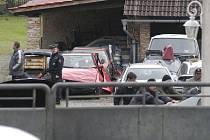 V prosinci 2005 obsadily Balcarův statek v Chotuticích desítky policistů. Našli desítky věcí, které měly pocházet z trestné činnosti. Nic takového se ale nikdy nepodařilo prokázat.