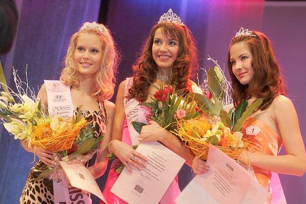 Miss Kolínska 2008 Michaela Pecková (uprostřed) s druhou Veronikou Hlaváčkovou (vlevo) a bronzovou Martinou Karkošovou (vpravo)