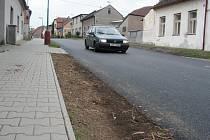 Nový povrch silnice v Cerhenicích