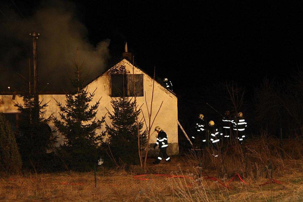 Noční požár domku v Cerhenicích