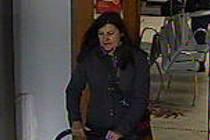 Policie pátrá po totožnosti této ženy, potřebuje její svědectví.