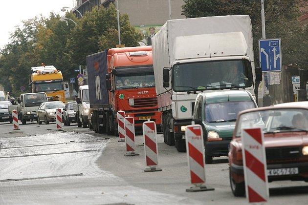 Částečná uzavírka Havlíčkovy ulice v Kolíně komplikuje dopravu