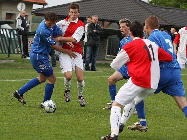 Z fotbalového utkání divize C Velim - Živanice (0:1)