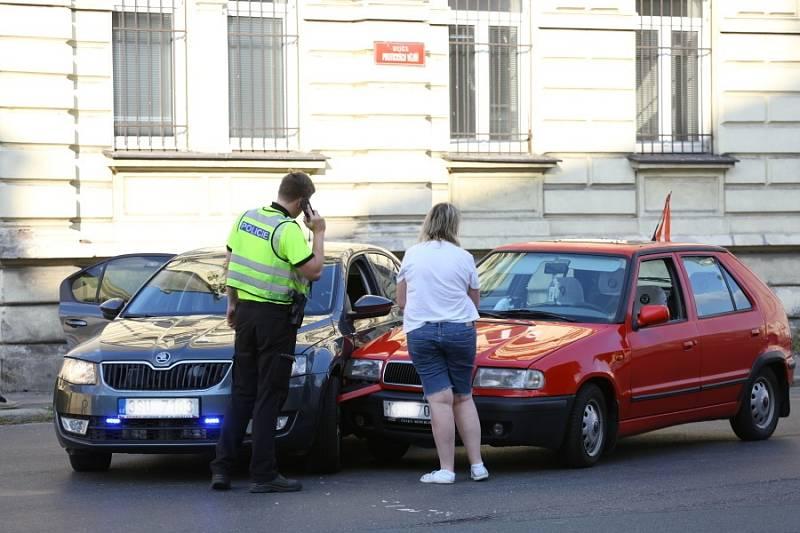 Dopravní nehoda policejního vozu v kolínské ulici Politických vězňů v úterý 14. září 2021.