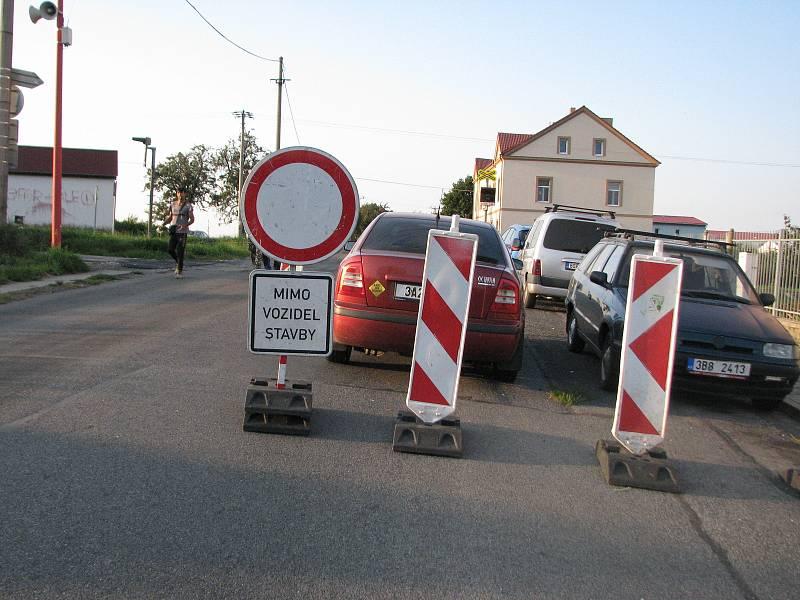 Silnice je uzavřená od přejezdu za Červenými Pečkami až do Polep.