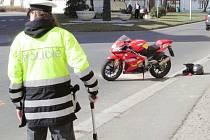 Nehoda motocyklu a osobního automobilu u budovy soudu