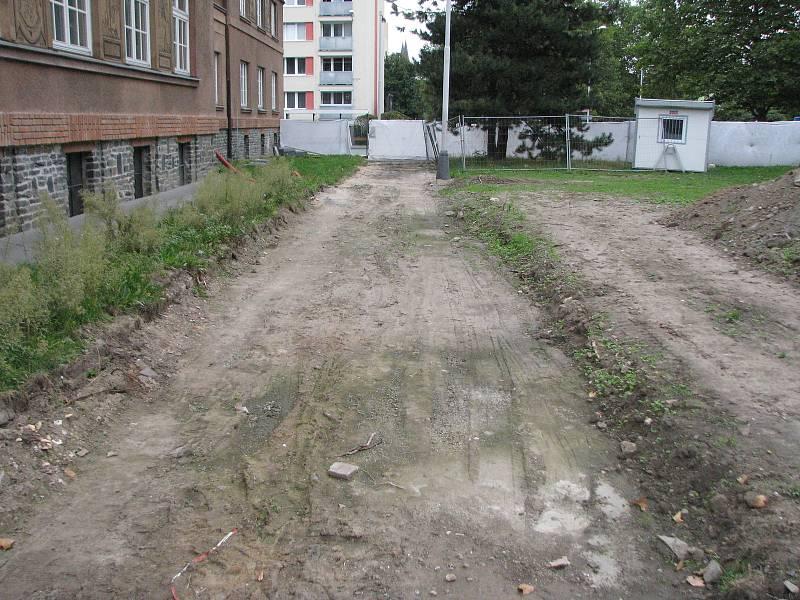 Úpravy prostranství před Gymnáziem v Kolíně.