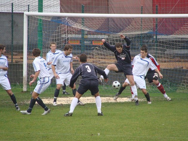 Z utkání fotbalové I. A třídy Polepy - Sokoleč (3:1).