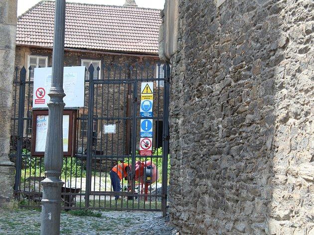 Rekonstrukce okolí chrámu sv. Bartoloměje v Kolíně, červenec 2018.