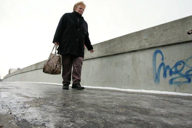 Náledí na kolínském Masarykově mostě
