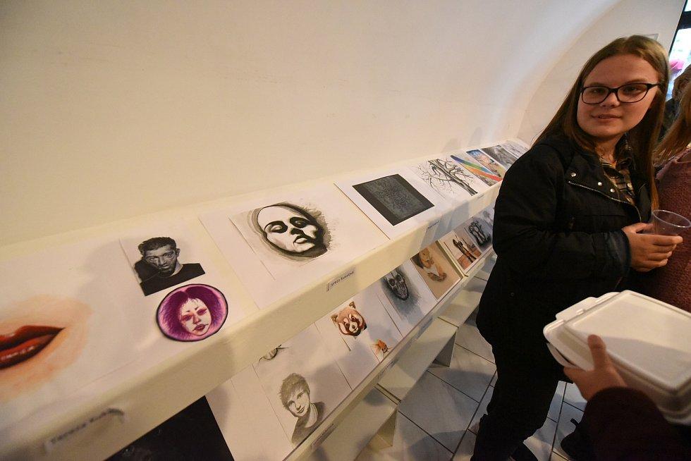 Z vernisáže výstavy výtvarných prací studentů gymnázia v Galerii Via v Kolíně.