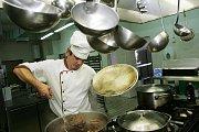 Petr Novotný vaří v restauraci Budvarka v Kolíně