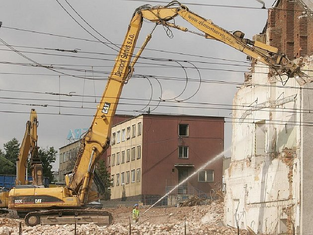 Demolice v areálu v Zengrově ulici