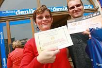 Dana Špičková z Kolína si v doprovodu přítele Luboše Adámka přišla pivo Staropramen i s originálním půllitrem, poukaz na pohoštění do kolínského Restaurantu U Tří Mouřenínů v hodnotě 300 Kč a také dárkový sázkový certifikát společnosti Chance za 100 Kč.
