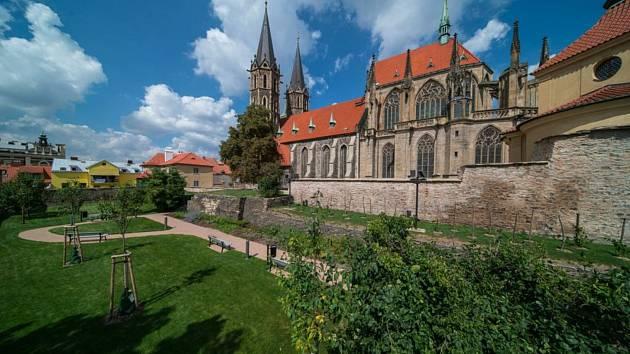 Když se rekonstruovalo okolí chrámu sv. Bartoloměje v Kolíně, oprava hradeb nebyla součástí akce.