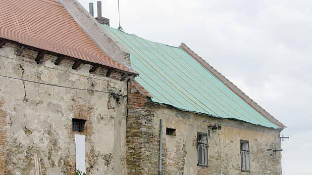 Dostat celý objekt tvrze pod střechu se bohužel nejspíš ani v příštím roce nepodaří.