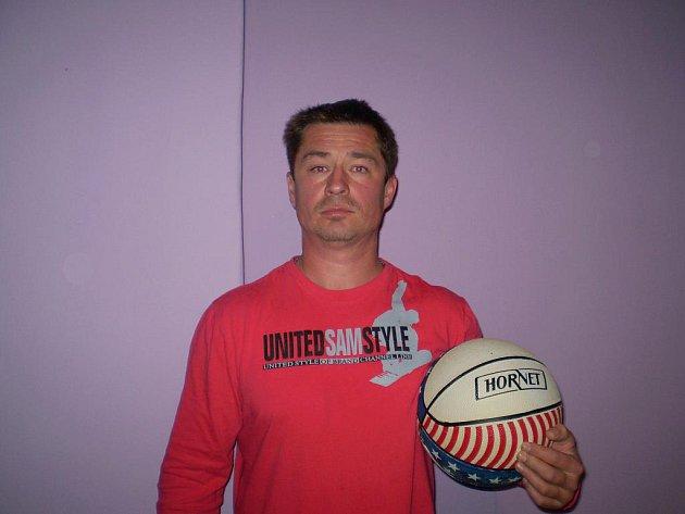 Luboš Čebiš získal za vítězství ve 4. kole basketbalový míč, který do soutěže věnovala sportovní prodejna Sport trio a také karton piv značky Rohozec