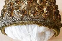 """Ve sbírkách Regionálního muzea v Kolíně je uloženo několik """"zlatých"""" čepců, které byly součástí slavnostního ženského kroje první poloviny 19. století."""