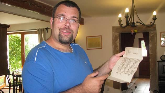 Regionální historik Jan Psota ml. drží listinu z roku 1671, kterou psal šlechtic Beneš Hroznata a tak trochu se v ní poklonkoval hraběti Vratislavovi z Mitrovic, nejvyššímu českému komořímu na Pražském hradě. Slibuje mu věrnost a děkuje za sud vína.