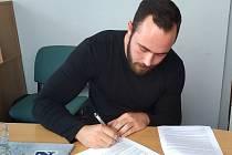 Lukáš Blaha při podpisu smlouvy.