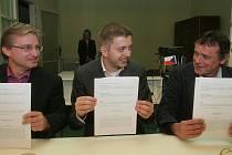Lídři stran Změna pro Kolín, Kolíňáci a TOP 09 při podpisu Koaliční smlouvy