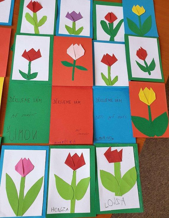 Přáníčka a papírové kytičky pro zdravotníky od dětí ze školek v Žehuni a Chrástu.