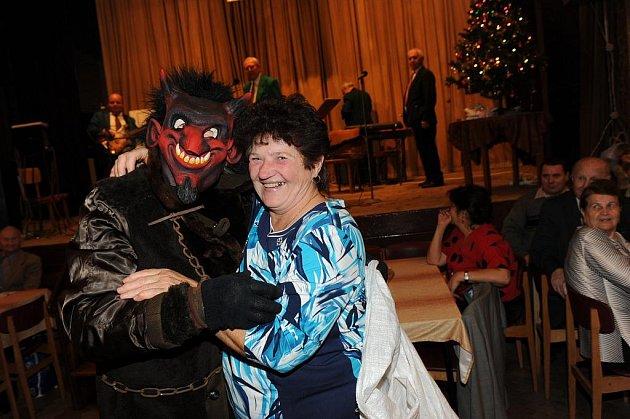 Ve znamení mikulášské besídky se tentokrát neslo pravidelné nedělní taneční odpoledne Klubu přátel Františka Kmocha v sále kolínské Zámecké.