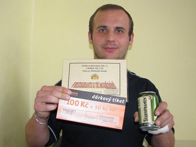 Libor Peška z Peček si přišel pro ceny určené vítězům. Vyhrál pivo Staropramen, poukaz na pohoštění do kolínského restaurantu U Tří Mouřenínů za 300 korun a také dárkový sázkový certifikát společnosti Chance v hodnotě 100 korun.