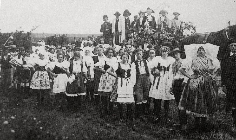 Neodmyslitelnou součástí tradičních oslav konce žní byly lidové kroje.