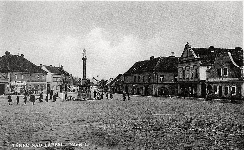 Spodní část náměstí v Týnci nad Labem zachycena v roku 1936.