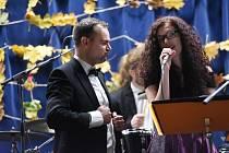 Tenorová antidepresiva na podzimní chmury – tak svůj hudební pořad nazvala dvě spojená hudební tělesa, a to swingový orchestr Rose Melody a Amedeus Kvartet.