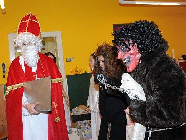 Pátek před mikulášským víkendem byl téměř všude zasvěcený návštěvám Mikuláše, čertů a andělů. Nejinak tomu bylo i v kolínské mateřské škole ve Štítného ulici