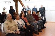 Druhou kolínskou výstavu vnovém roce otevřela ve středu vernisáž vGalerii VZahradě Základní umělecké školy Františka Kmocha. Pod názvem Za obzorem tam své grafiky vystavuje letos čtyřicetiletá Eva Vápenková.