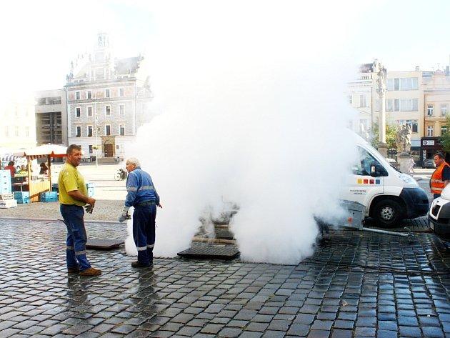 Prasklý parovod na náměstí