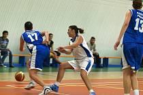 Pečecké basketbalistky (v bílém) o víkendu jednou vyhrály.