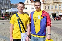 Studenti středních škol nabízeli kvítka. Symbol boje proti rakovině