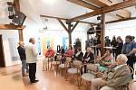 Velkoplošné obrazy malíře, grafika a ilustrátora Jiřího Votruby zdobí od druhé zářijové středy Galerii vZahradě Základní umělecké školy Františka Kmocha vKolíně.