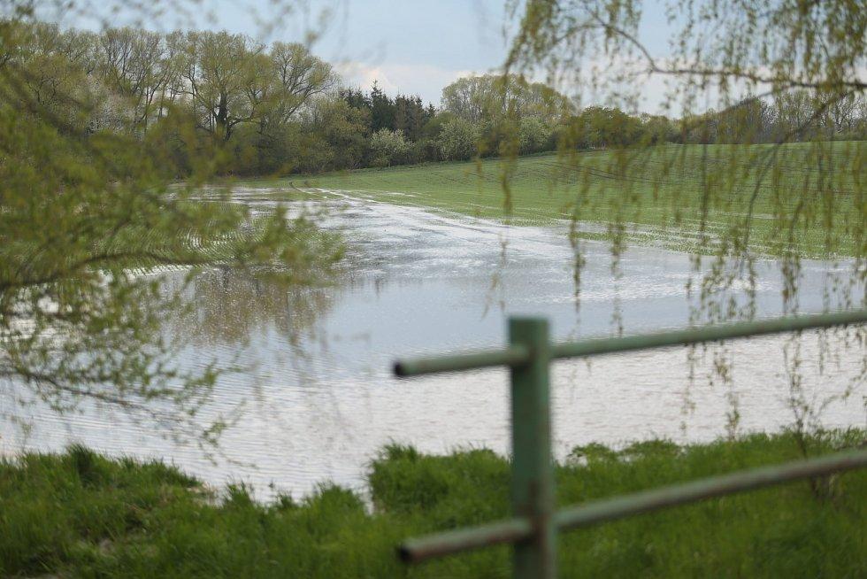 Vytrvalý déšť z nedělní noci a rána 2. května zvedal hladiny vodních toků. Do přilehlého pole se rozlil například takzvaný Jalový potok v Liblicích u Českého Brodu.