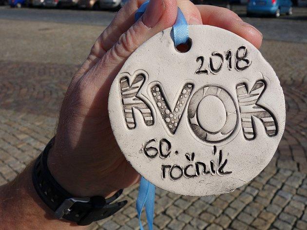 Keramická medaile 60.ročníku půlmaratonu KVOK pro běžce.