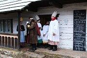 Do Muzea lidových staveb v Kouřimi dorazili ve sváteční neděli Tři králové. Slavnostní lidovou událost si i přes chladné zimní počasí nenechal ujít hojný počet lidí.