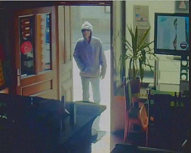 Ozbrojený muž přepadl 16.4. odpoledne parfumerii v centru Kolína. Poznáte ho na fotografii?