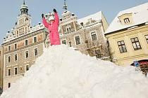 Na Karlově náměstí v Kolíně vyrostla hora sněhu