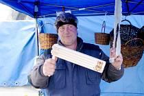 Petr Baudyš přivezl vlastnoručně pletené pomlázky, hrkačky mu vyrábí kamarád na Slovensku.
