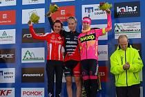 Jana Czeczinkarová (uprostřed) v posledním pohárovém závodě v Lounech dokázala vyhrát.