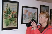 Z vernisáže výstavy děl nejen z výtvarné soutěže věnující se Kostelci