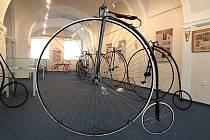 Z výstavy Dobrodružství cyklistiky ve Veigertovském domě v Kolíně.