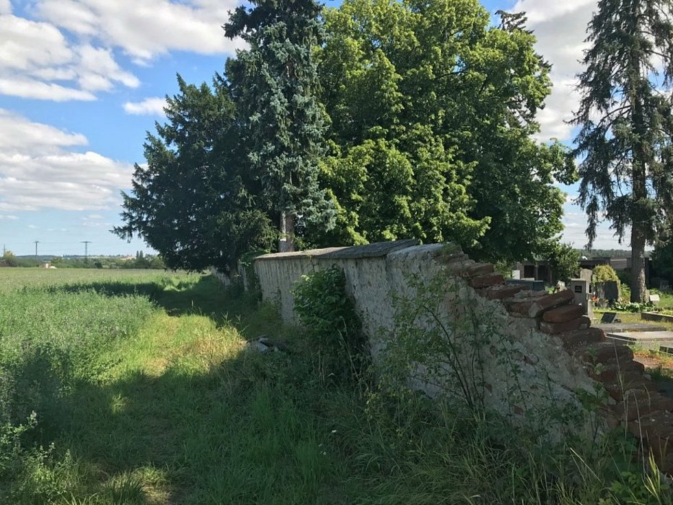 Severní zeď hřbitova v Českém Brodě.