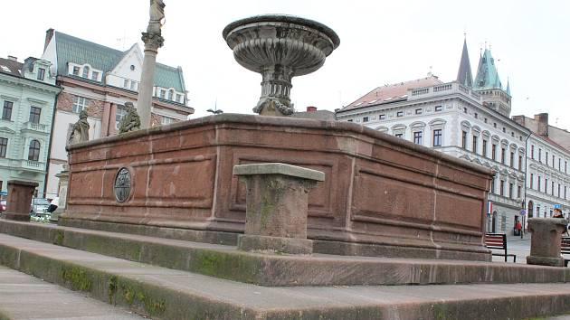 Kašna na Karlově náměstí v Kolíně.
